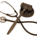 Responsabilità medica: la colpa lieve del sanitario che si è attenuto alle linee guida non è penalmente rilevante
